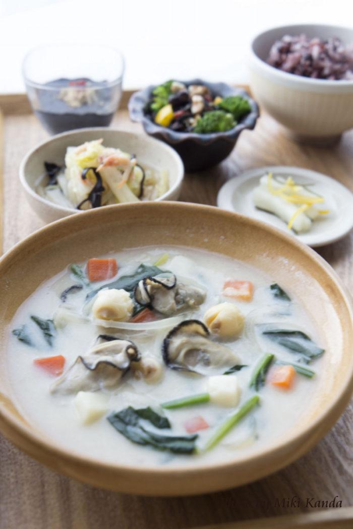 蓮の実入り牡蠣とほうれん草の豆乳チャウダー